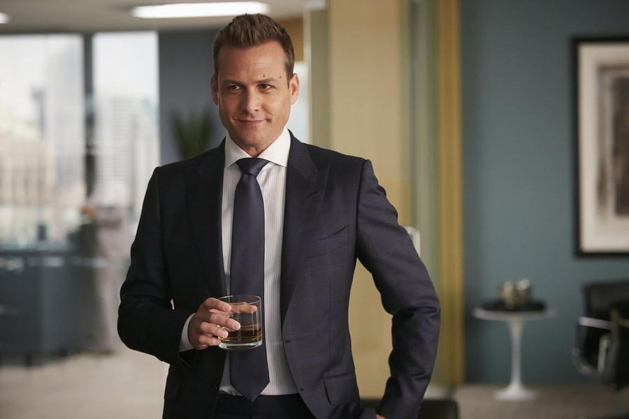 Harvey Specter wears a classic fit suit on a business event