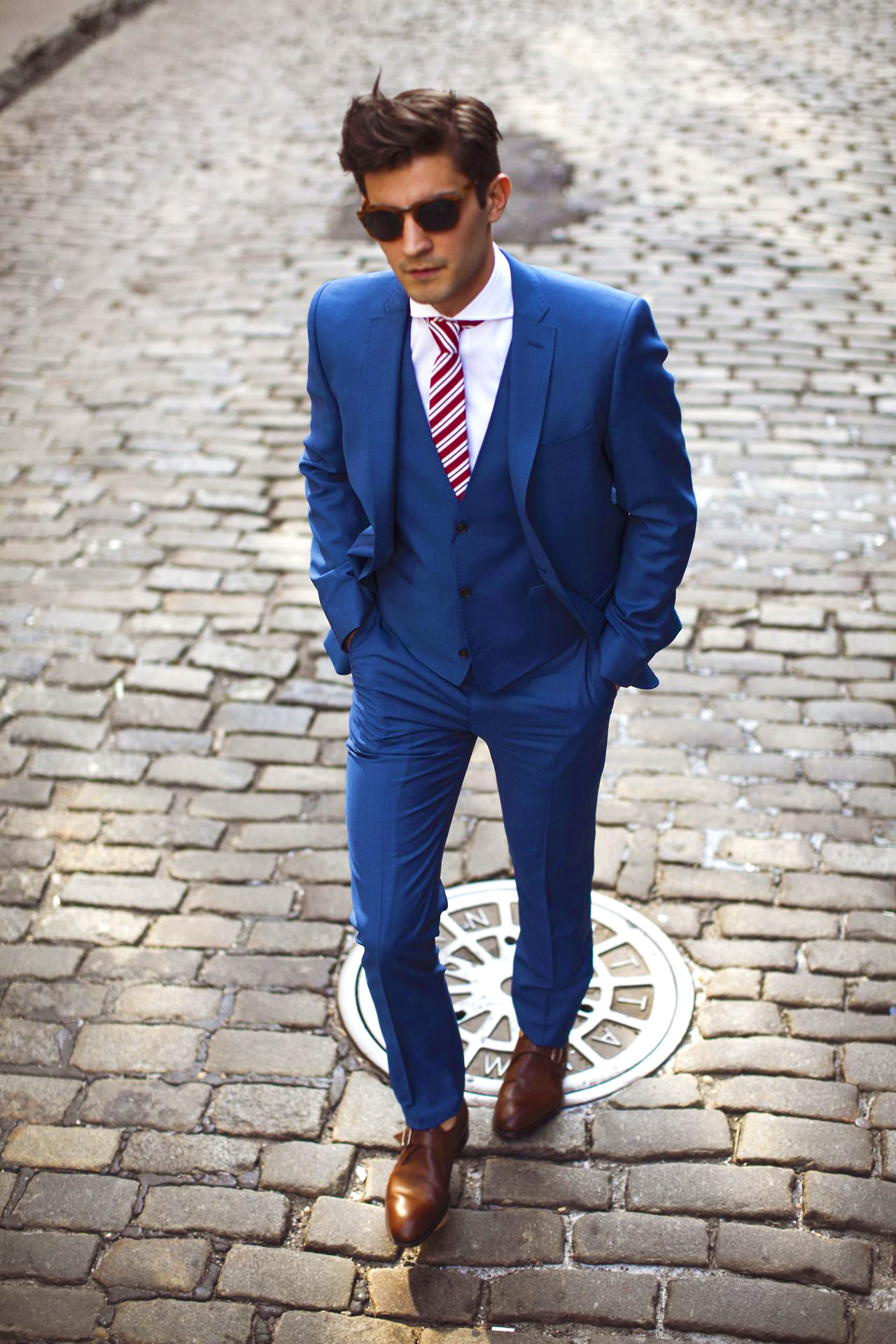 Perfect blue suit with a shirt and tie color combination